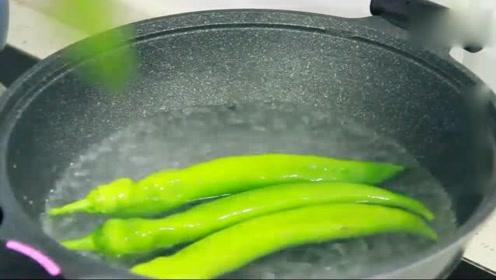 辣椒不要只会炒着吃,放水里烫一烫,简单几个步骤,比吃肉都香