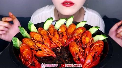 吃播美女吃一盘小龙虾,色泽诱人,麻辣鲜香,一口一个真过瘾