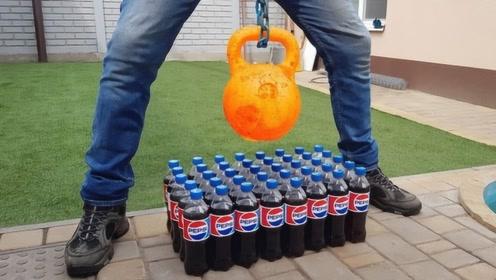 1000度铁球放在几十瓶可乐上,会发生什么?场面一度失去控制