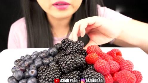 小姐姐吃桑葚和蓝莓,营养丰富又美味,网友:三种浆果都好贵的