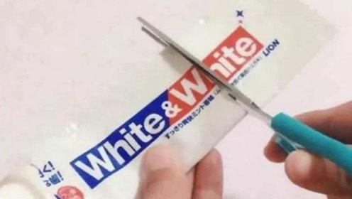 空牙膏皮不要扔,剪一刀放在厨房,作用太棒了,一年省下不少钱