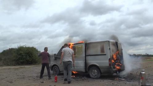 一辆车装满烟花,突然被点燃会发生什么情况?作死老外亲测!