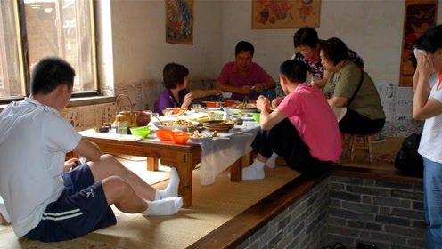 东北人全家都睡一个炕,孩子结婚怎么解决?当地人给出答案