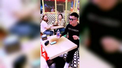 饭桌前小哥哥突然献唱,旁边两位小姐姐都放下筷子了!