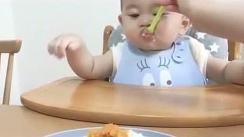吃货小宝宝吃辅食,接下来勺子一拿开就好着急,太可爱了!