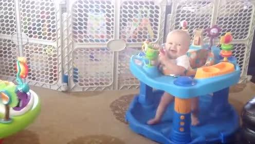 坐着的两个小男孩 困得不停地点头 这动作实在是太搞笑了