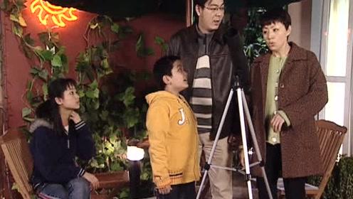 刘梅用望远镜看美女,突然一块石头飘过,不料是刘星在搞鬼的星星泰语图片