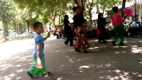 3岁萌娃爱跳广场舞,1年跳坏5把扇子
