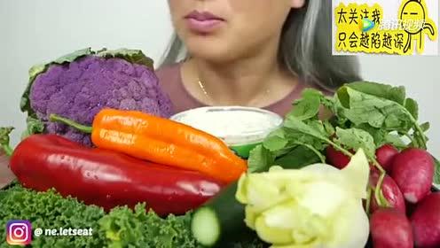泰国吃播美女N.E吃蔬菜拼盘,彩椒 紫色花椰菜 黄瓜 水萝卜
