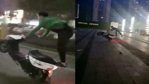 炫技一时爽,被抓一直爽!他无证驾驶骑摩托炫技,晒视频被抓