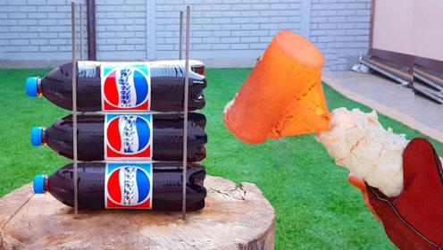 可乐瓶在铁锤下会怎样表现?网友:这就是1000度的威力吗