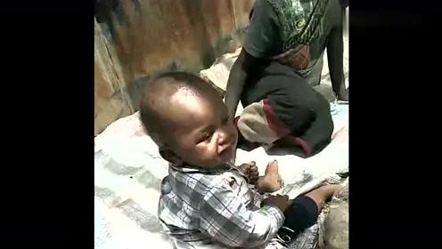 非洲黑人实况,五个小孩就睡这种地方没人管他们,真的太可怜了!