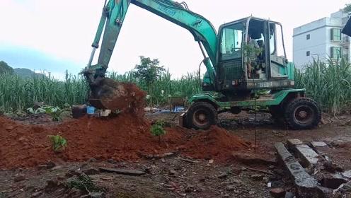 农村小伙请挖掘机来帮忙挖水池和小溪,看表哥这技术怎么样?