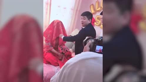 婚礼现场新娘扮黑鬼,新郎被吓晕在地!