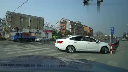 司机刚提的新车,上路就撞到护栏,太倒霉了!
