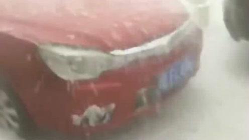 这么大的冰雹雨,估计这车是废了