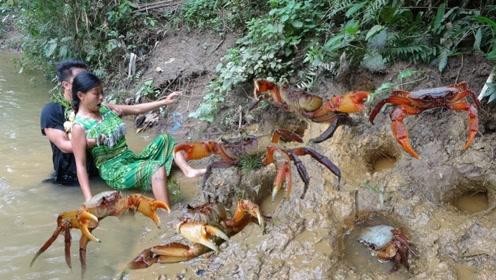 荒野求生:农村大姐意外发现大螃蟹藏身的窝,这下子午饭有着落了
