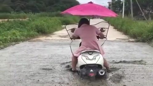 女司机骑摩托车不看路,结果就成了这样,憋着别笑!