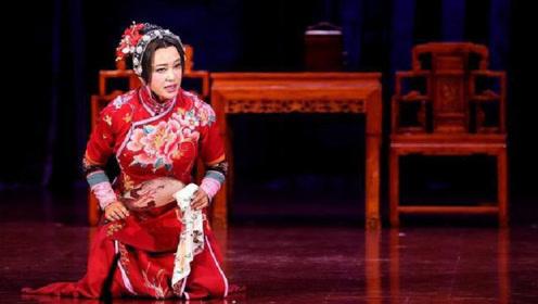 哪像64岁的奶奶?刘晓庆穿旗袍跪在地上表演,曲线玲珑风韵犹存