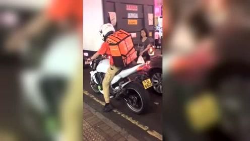 香港外卖小哥开的车,据说在大陆值十几万!