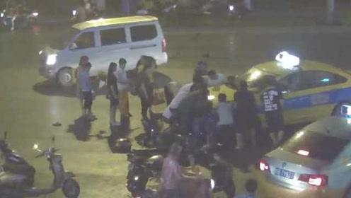 暖心一幕!少年闯红灯被卷入车底,路人合力抬车救出