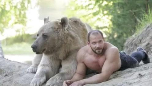 俄罗斯壮汉和他的大灰熊,真是跟条宠物狗差不多