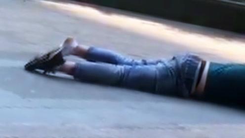 醉鬼!太原一男子满脸是血趴在地上昏睡,好心大姐帮助拨打110