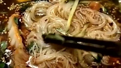 这才是名副其实的东北大冷面,用筷子挑起来后,你应该能感受到