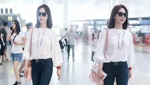 陈数白衬衫搭粉色香包 不穿裙装也有范儿