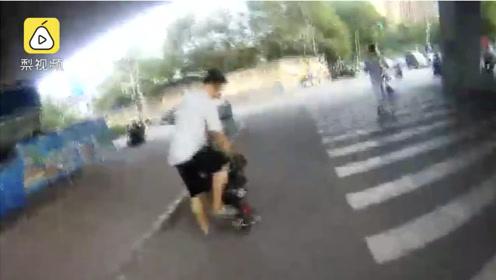 男子骑电动车违章被拦,不听劝殴打多名辅警:大不了拼命