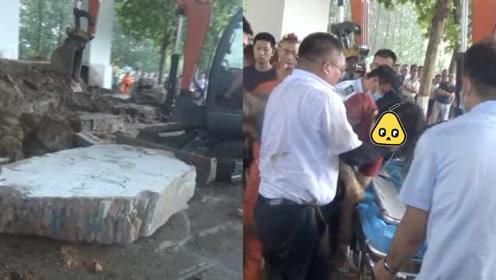 3人桥下避雨,墙体突然坍塌,致2人受伤1人死亡