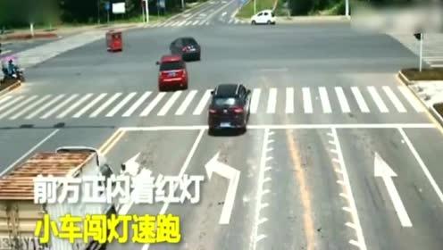监控拍下小车消失的全过程,不知道小车司机想什么