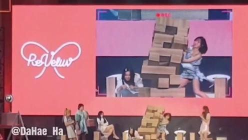 怕突然倒下的箱子砸到Irene,连忙用身体挡住的Wendy