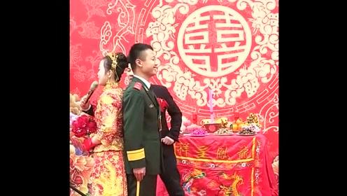新郎新娘被司仪套路,提问题那么快,谁反应的过来啊!