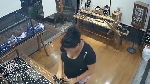 美国妇女在泰国清迈盗窃珠宝店,警方称:正在全力追捕