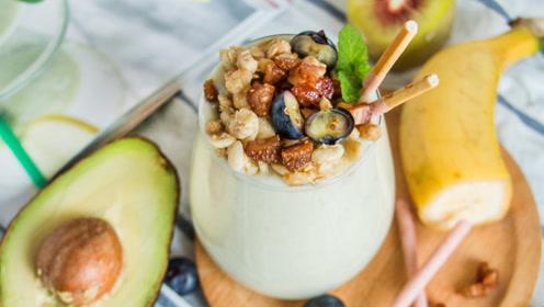 牛油果怎么吃?配上香蕉牛奶,香浓顺滑,做法很简单!
