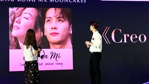 王嘉尔和歌迷一起听旋律猜歌名,现场秒变大型KTV!