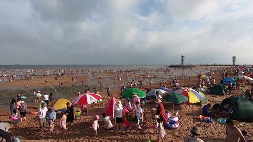 小伙来海边洗海澡,上万人的场面着实壮观!关键还是全部免费的!