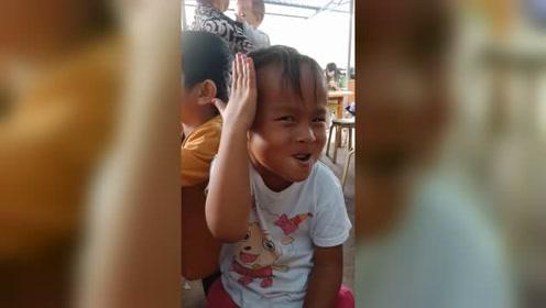 小女孩因一个动作蹿红网络,接下来的眼神直接秒杀了全场
