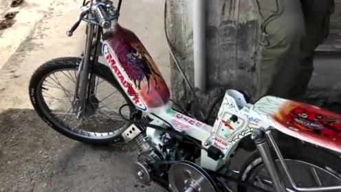 这么小的摩托车还是头回见,脚一蹬就响,发动机声音让人难忘