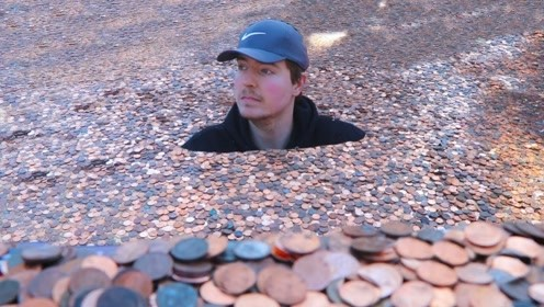 被钱淹没是种什么感觉,小伙准备2万美元的硬币,老爸也来凑热闹