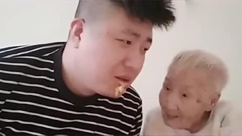 文哥问奶奶啥味这么臭,奶奶用手打到文哥嘴上,不让他说话了