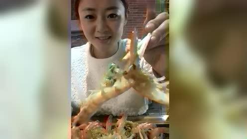 妹子,你这样吃虾,让人家看了会以为你没吃过好东西呢