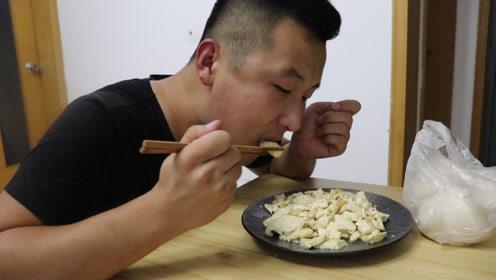 3.5元买一斤豆腐,小亮做炒豆腐,好便宜的一顿,小亮说真过瘾
