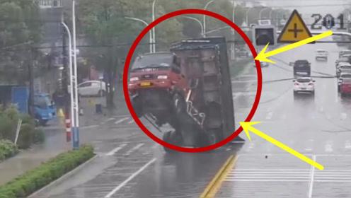 货车司机操作失误,直接拉断电线!视频拍下惊魂的一幕