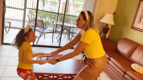萌娃小可爱为了玩游戏跟妈妈抢ipad,还是被宝宝给抢到了吧!