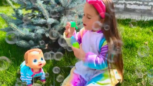 萌娃小可爱一个人好惬意呀,吹着泡泡,玩着小狗狗,好舒坦!