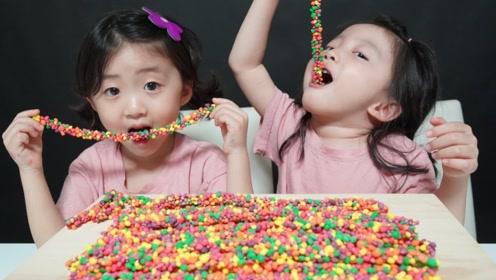 萌宝美食秀:彩虹糖落到她们手里,结果会怎样?