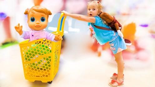 小萌娃带娃娃逛超市,买了好多的糖果,回到家竟累得睡着了!