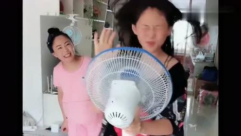 女儿拿着电风扇自娱自乐,亲妈看的一脸懵,太逗了
